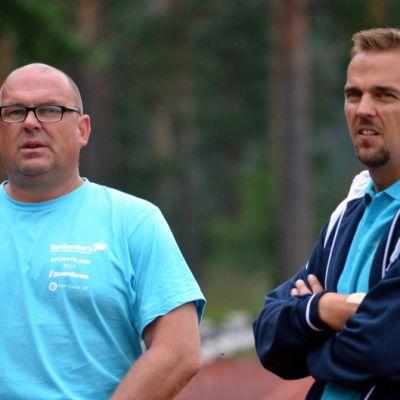 Jarmo Hirvonen ja Kihun keihäsasiantuntija Riku Valleala seuraisvat keihäskaaria Tanhuvaarassa elokuussa 2015.