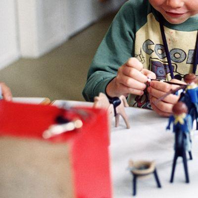 Lapset leikkivät pienoismalleilla päiväkodissa.