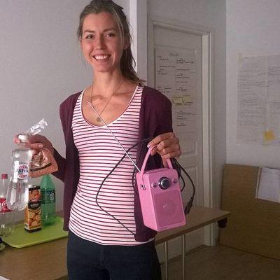 Etelä-Hämeen Marttojen kotitalousneuvoja Anni Ritala esittelee kotivaraan sopivia elintarvikkeita ja tavaroita.