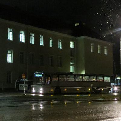 Linja-autoja Tornion järjestelykeskuksen edessä.