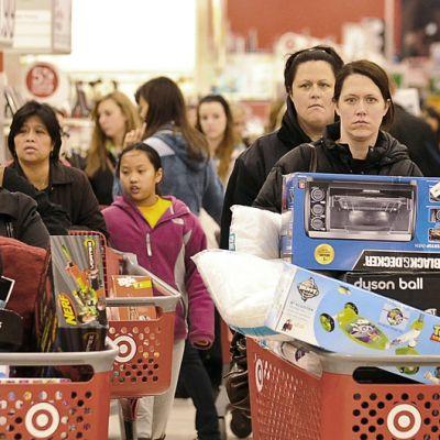 Ihmisiä ja ostoskärryt täynnä ostoksia,