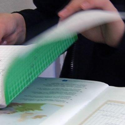 Koululainen opiskelee matematiikkaa luokassa.