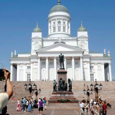 Turisti kuvaa Helsingin tuomiokirkkoa Senaatintorilla.