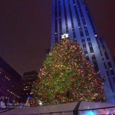 Valaistu joulukuusi Rockefeller Centerin edustalla.