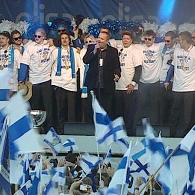Jääkiekon maailmanmestarijoukkue vuodelta 2011 lavalla Sakari Kuosmasen kanssa.