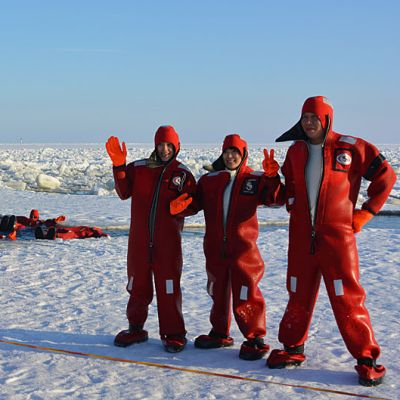Ulkomaalainen matkailija kuvaa ystäviään Perämeren jäällä.