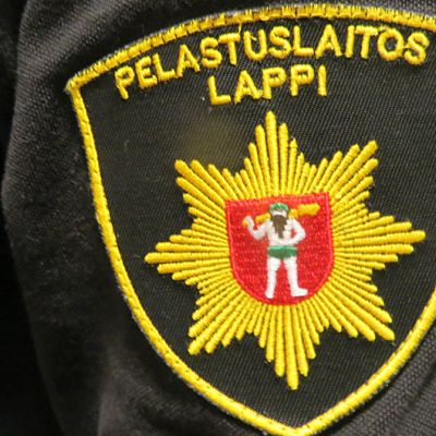 Lapin pelastuslaitoksen logo hihassa