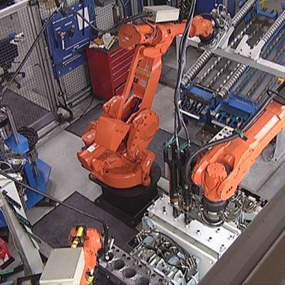 Robotit kokoavat dieselmoottoria Agco Sisu Power Oy:n tehtaalla.