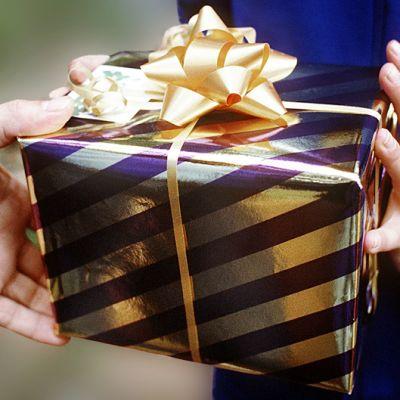 Lahjapaketti. Suomessa lukumääräisesti eniten ostetaan lasten syntymäpäivälahjoja.