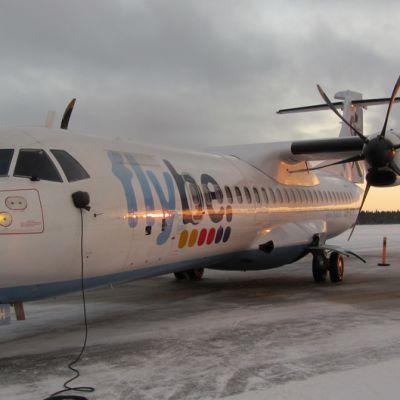 Kuvassa Flyben lentokone Kemin lentoasemalla