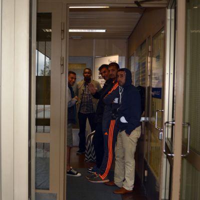 Turvapaikanhakijoita Kemin poliisilaitoksen aulassa.