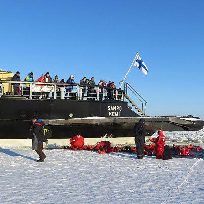Matkailujäänmurtaja Sampo parkkeerattuna keskelle jääkenttää.