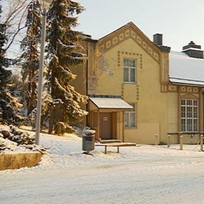 Mikkelin Naisvuoritalo ulkoa kuvattuna talvimaisemassa