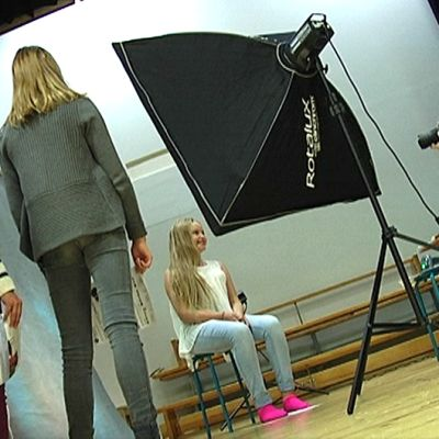 Kuvaaja ottaa koulukuvaa koululaisesta