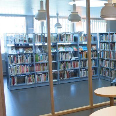 Nuorten osasto lasiseinä Rovaniemen pääkirjasto