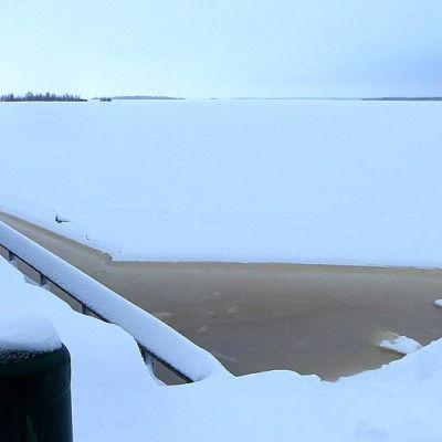 Vettä jään päällä Kemin Sisäsatamassa.