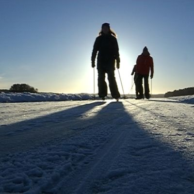 Retkiluistelua kauniissa talvisäässä.