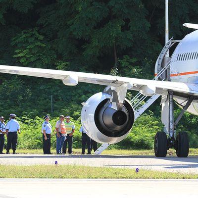 Australiasta turvapaikkaa etsineitä kuljettanut lentokone Naurun lentokentällä.