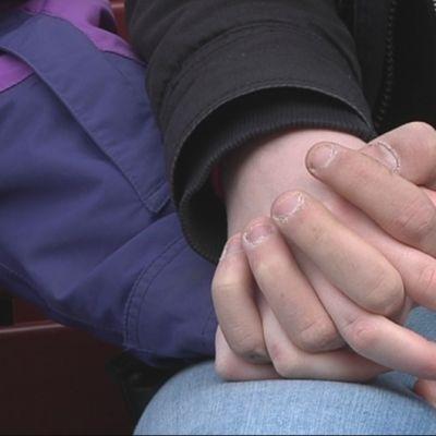 Kaksi nuorta käsi kädessä