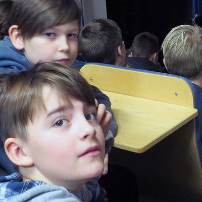 Jesse ( ylempänä) ja Juho-Pekka Bo Weavil blues bändiä kuuntelemassa
