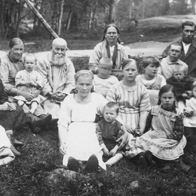 Ihmisiä Kyminlinnan pakolaisleirillä.