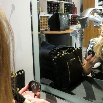 Jennika Halonen valmistautumassa muotinäytökseen.