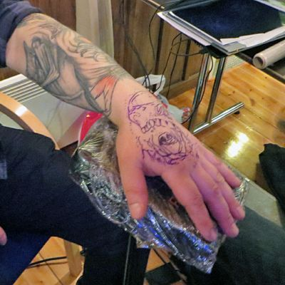 Torniolainen Martti otti kämmenselkäänsä pääkallotatuoinnin, kuvassa luonnos ei valmis tatuointi.