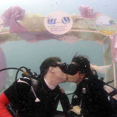 Ruotsalais-thaimaalainen pariskunta menivät naimisiin lauantaina vedenalaisessa hääseremoniassa Andamaanienmerellä, Thaimaassa.