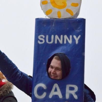 Sunny Car Centerin tolpaksi pukeutunut abi näyttää peukkua
