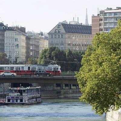 Raitiovaunu Tonavan ylittävällä Schwedenbrückella Wienin keskustassa.