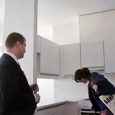 Nainen katsomassa uutta asuntoa.