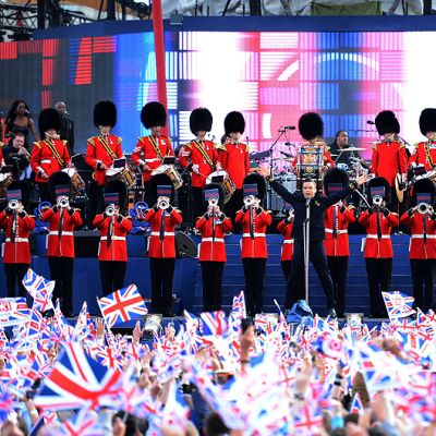 Robbie Williams esiintyy kuningatar Elisabet II:n juhlakonsertissa Buckinghamin palatsin edustalla.