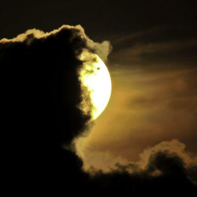 Venus näkyy mustana pisteenä auringon oikeassa yläreunassa. Planeetan ohikulku on kuvattu 6. kesäkuuta 2012 Ecuadorissa, Etelä-Amerikassa.