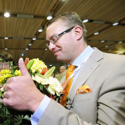 RKP:n entinen puheenjohtaja Stefan Wallin (oik.) onnitteli seuraajaansa Carl Haglundia RKP:n puoluekokouksessa Kokkolassa 10. kesäkuuta.