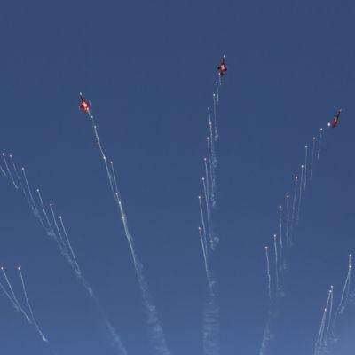 Sveitsin ilmavoimien Patrouille Suisse Kauhavan taivaalla juhannusaattona.