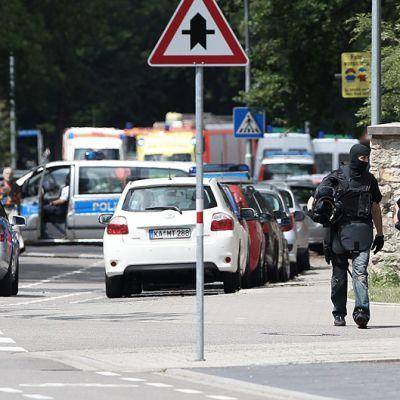Poliisin erikoisjoukot poistuvat piiritysalueelta rauettua.