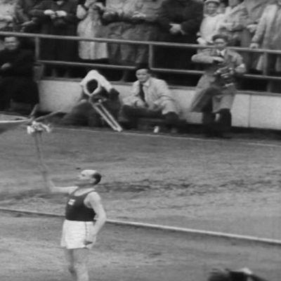 Paavo Nurmi sytyttää olympialiekin Helsingin olympialaisissa 1952.