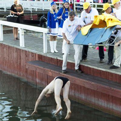 Muumimaailma Oy:n toimitusjohtaja Tomi Lohikoski heitetään mereen.