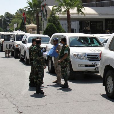 YK:n tarkkailijat juttelevat Dama Rose -hotellin ulkopuolella Syyrian Damaskoksessa.