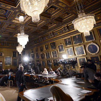 Toimittajat ja kuvaajat odottavat fysiikan Nobel-palkinnon saajien julkistamista.