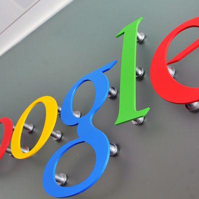 Googlen logo seinällä.