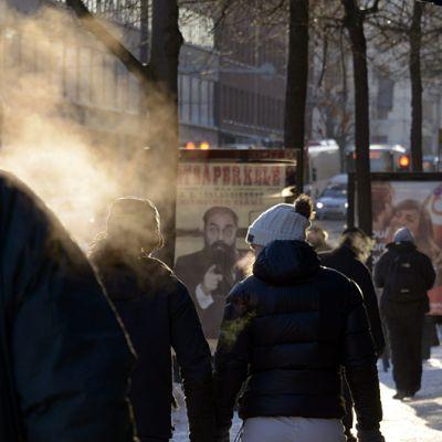 Hengitykset höyryävät kireässä pakkasessa Helsingissä.