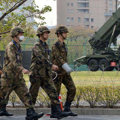 Japanin puolustusvoimien upseerit kävelevät maan puolustusministeriön edustalle tuotujen Patriot-torjuntaohjusten ohitse.