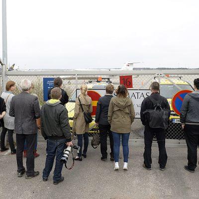 Toimittajia ja kuvaajia odottamassa Jemenissä siepattua suomalaispariskuntaa Helsinki-Vantaan lentokentällä.