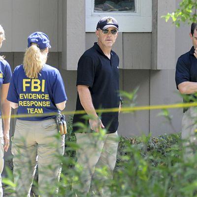 FBI:n henkilökuntaa eristetyllä ampumisen tapahtumapaikalla.