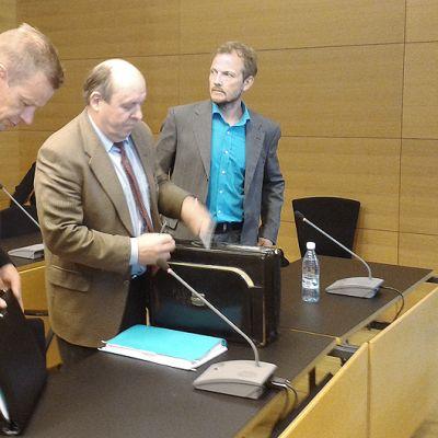 Harri Kirvesniemi (vas.) ja Janne Immonen (oik.) sekä heidän asianajajansa Jorma Ipatti Helsingin käräjäoikeudessa.