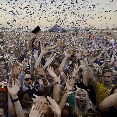 Yleisöä seuraamassa hollantilaisen DJ:n Armin Van Buurenin esiintymistä Weekend-festivaaleilla.