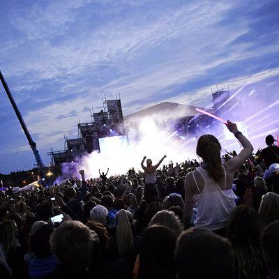Yleisöä Weekend-festivaaleilla Helsingin Kyläsaaressa.