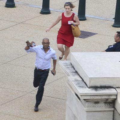 Ihmiset juoksevat suojaan kuultuaan laukauksia lähellä Capitol Hilliä Washington D.C.:ssä.