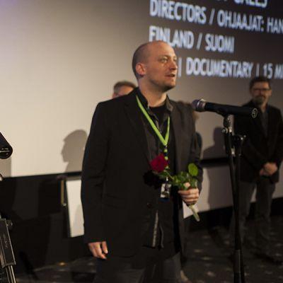 Hannes Vartiainen (vas.) ja Pekka Veikkolainen vastaanottavat Tampereen elokuvajuhlien kotimaisen alle 30-minuuttisten elokuvien sarjan voiton dokumentistaan Hätäkutsu Tampereella 9. maaliskuuta.